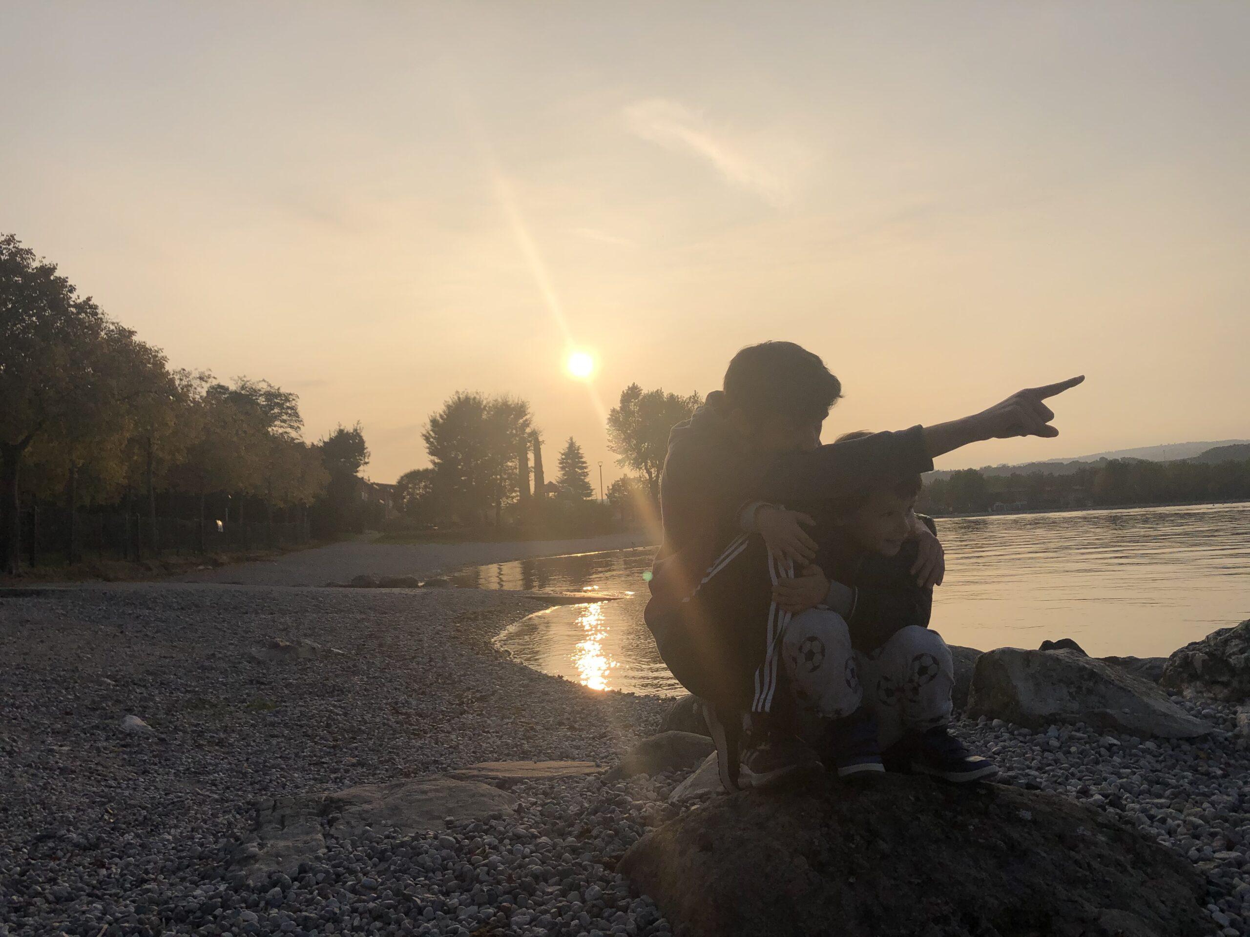 passeggiata in spiaggia a porto torchio manerba del garda